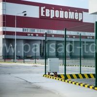 Забор из металлической сетки на территории логистик-центра класса