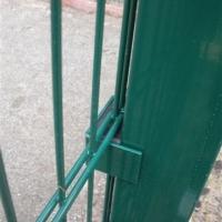 Фиксация панели 2D для ограждения спортплощадки.