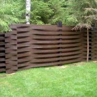 Деревянный забор с изогнутых досок
