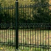 Забор с секциями из сварной решетки